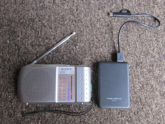 携帯ラジオとモバイルバッテリー