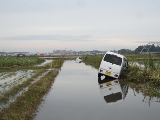 千葉県佐倉市の道路で水没した自動車