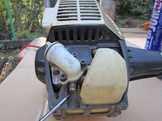 マキタ4サイクル刈払い機 オイルドレーンボルト位置