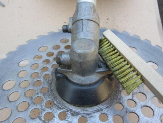 刈払い機ヘッド部分の清掃