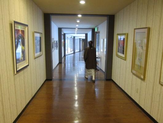 絵画が並ぶ温泉棟への通路