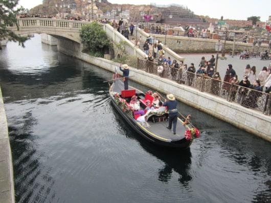 3つ目の橋デイ・ベンヴェヌーティーをくぐる前のゴンドラ