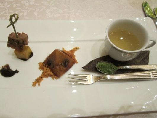 茸とベジタブルのブロス 鶉のスモークとチキンのムース