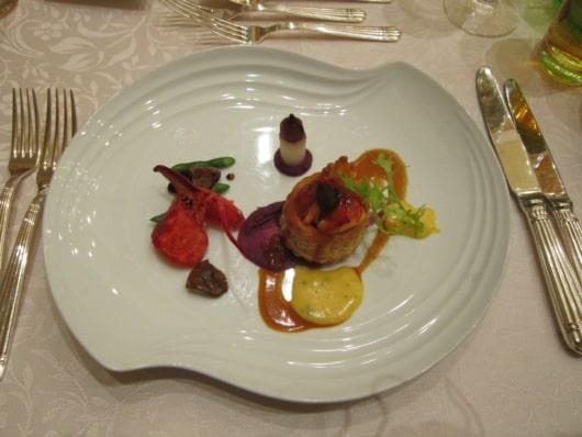 オマール海老とキノコのヴォロヴァン ベアルネーズとアリッサ風味のロブスターソース
