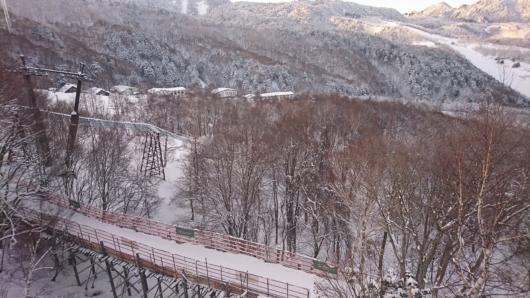 東舘山ゴンドラの発哺温泉山麓駅に向かう為の橋