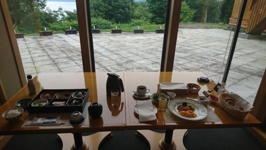 レストランの窓辺での朝食