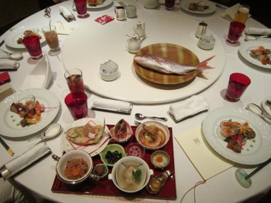 円卓に並んだ料理