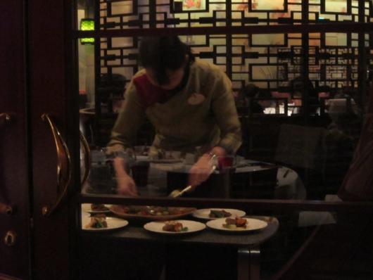 スタッフが大皿料理を取り分けてくれる。